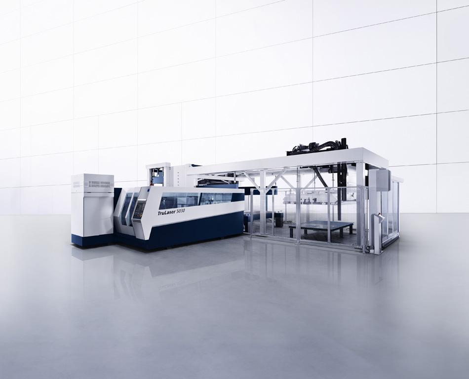 Automatisierte Laserschneidanlage, die aus einem dreifach positioniertem Beladesystem versorgt wird (Firma Trumpf)